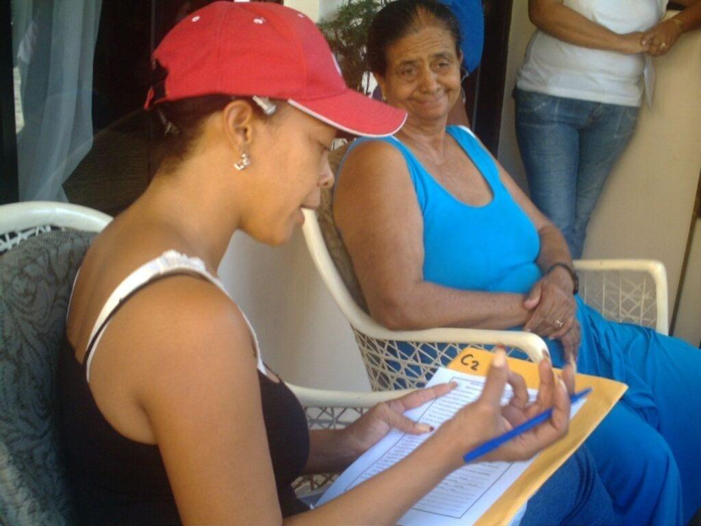 Momentos en que una entrevistadora desarrolla la boleta de entrevista del Sondeo de Opinión Pública (SOP)