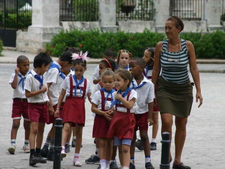 Funciones del tutor para la educación desde las sedes municipales en Cuba
