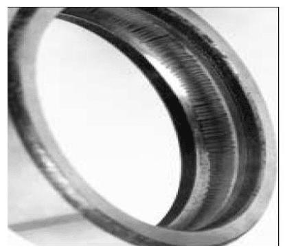 Formación de estrías en el camino de rodadura del aro exterior.