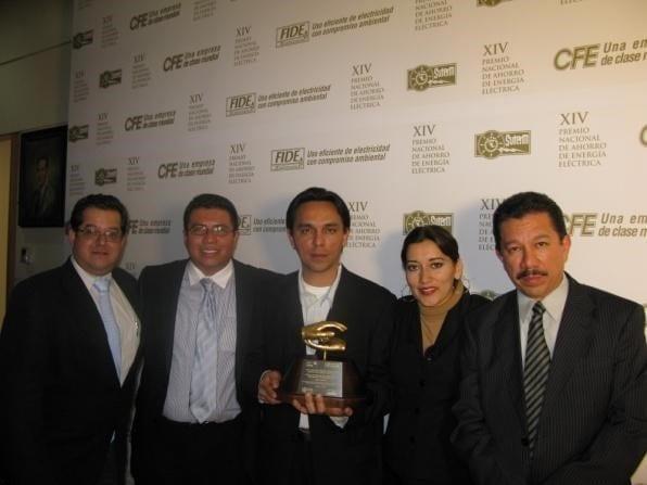 Integrantes del Grupo de Investigación Científica y Desarrollo Tecnológico AC, en la entrega del XVI Premio Nacional de Ahorro de Energía Eléctrica.