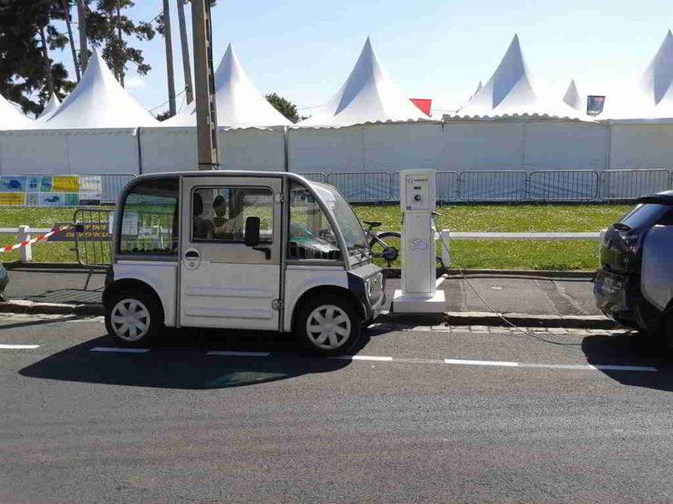 Uso de autos eléctricos y electrolineras en Ecuador